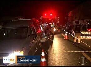 Acidente entre quatro veículos deixa 5 mortos na BR-135, em Curvelo - Seis pessoas ficaram feridas e foram encaminhadas ao hospital de Curvelo; todas as vítimas estavam em uma van que foi atingida na lateral por um caminhão.