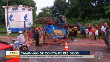 Caminhão de coleta de resíduos capota ao atingir carro de passeio na Fernando Guilhon - Dois ficaram feridos, um com fratura exposta no joelho.