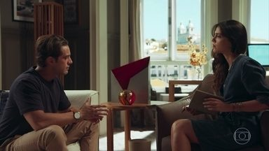 Daniel diz a Letícia que em breve viajará ao Brasil - Ele conta à terapeuta que na regressão a mulher que amava se chamava Beatriz e morreu em seus braços. Letícia acredita que Daniel e a mulher se encontraram em várias vidas