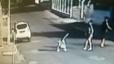 Mãe joga o carrinho com a filha dentro contra uma calçada - A mãe está na cadeia. A filha foi levada para um abrigo.