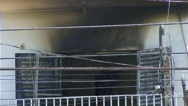 Incêndio em casa mata pai e filho em Sorocaba - Pai e filho morreram durante um incêndio na madrugada deste sábado (9), no bairro Jardim Maria do Carmo, em Sorocaba (SP). A esposa e mãe das vítimas foi socorrida com intoxicação.