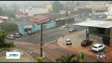 Homem é arrastado por enxurrada durante chuva em Goiânia - Temporal pegou goianos de surpresa, mas foi breve.