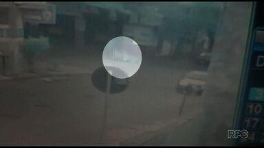 Homem é flagrado pela Polícia pilotando um kart no meio da cidade - Ele foi preso em flagrante.