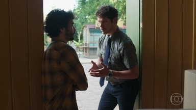 Júnior conversa com Geandro sobre Murilo - Os irmãos concluem que o homem misterioso é o encapuzado que ficou rondando Luz