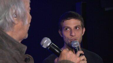 Chay Suede e Erasmo Carlos cantam 'Gatinha Manhosa' - Ator interpreta o Tremendão no longa 'Minha Fama de Mau', que estreia dia 14 de fevereiro.