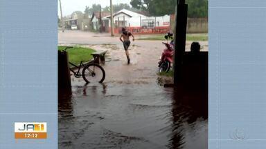 Chuva forte deixa quadra de esportes alagada em Porto - Chuva forte deixa quadra de esportes alagada em Porto