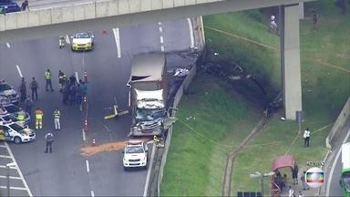 Helicóptero cai e duas pessoas morrem em São Paulo - A aeronave saiu na Rodovia Anhanguera e atingiu um caminhão.