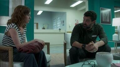 Rafael não se conforma por segredo de Gabriela - Ele diz que não entende como a amada pode lhe negar a paternidade dos filhos por tantos anos