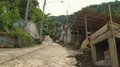 Chegada de frente fria preocupa moradores do litoral norte - Principal preocupação é com pessoas que moram próximas de áreas de risco.