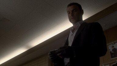 Chá De Casa - Ray arma para acabar com a investigação do agente Miller. Bunchy dá uma festa, mas comemoração sai do controle. Ray faz descoberta sobre Mickey e revida.