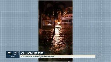 Boletim: Rio continua em estágio de atenção por causa das chuvas - No momento, as chuvas estão moderadas no centro da cidade e Zona Norte. Os aeroportos Santos Dumont e Tom Jobim operam com auxílio de instrumentos.