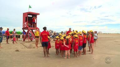 Projeto 'Guarda Vida Mirim' diverte crianças na praia do Cassino - Profissionais ensinam as crianças os cuidados com o mar.
