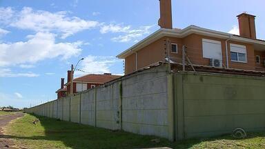 Condomínio Las Olas causa problemas para moradores de Imbé - Construtora não terminou parte dos imóveis e a Justiça mandou derrubar os que já haviam sido construídos.