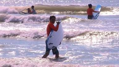 Projeto ensina, de graça, prática do surfe para crianças em São José do Norte - Projeto Pegando Onda é oferecido de forma gratuita na praia do Mar Grosso.