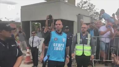 Diego Tardelli desembarca em Porto Alegre com festa da torcida - Assista ao vídeo.