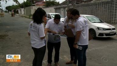 Prefeitura continua a fazer levantamento populacional no bairro do Pinheiro, em Maceió - O trabalho é feito de casa em casa para identificar as famílias em condições de vulnerabilidade nas áreas de risco.