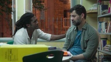 Vinícius apoia Rafael - Rafael diz ao amigo que não é capaz de perdoar Gabriela