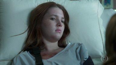 Flora acorda no hospital após o acidente - Gabriela e Paulo decidem contar à filha sobre Rafael