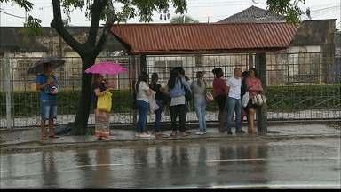 Pedestres sofrem pra enfrentar um dia de chuva em João Pessoa - Choveu, nas últimas doze horas, quase cem milímetros, o que equivale a noventa por cento do esperado para todo o mês de fevereiro.