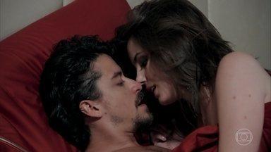 Jerônimo convence Vanessa a passar a noite com ele - Vanessa finge se preocupar com a hora e diz que não sabe o que vai dizer para Larissa e Candé