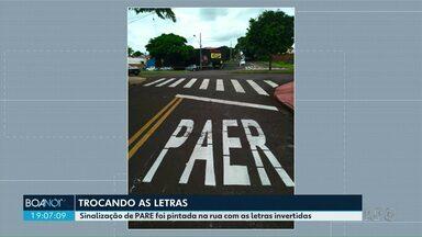 Sinalização de PARE foi pintada na rua com as letras invertidas em Maringá - Foto foi enviada por um telespectador
