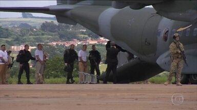Presos de facção de São Paulo são transferidos para presídios federais - Foram transferidos Marco Williams Herbas Camacho, o Marcola, suposto chefe da quadrilha, e mais 21 presos. MP pediu transferência após descobrir plano de fuga.