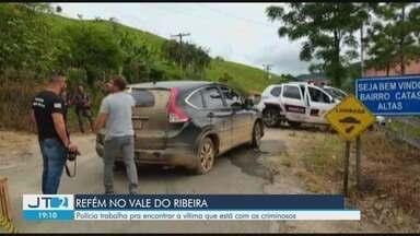 Quadrilha faz reféns em São Paulo após explodir banco no Paraná - Bando, com seis homens, deixou veículo em estrada em Ribeira, no Vale do Ribeira, para tentar evitar perseguição da polícia.