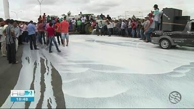 Produtores de leite protestam contra o baixo preço da venda do produto, em Bom Conselho - Categoria reclama que as indústrias estão preferindo comprar leite em pó importado.