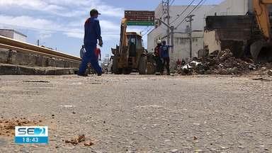 Área de madeireira em Aracaju atingida por incêndio começa a ser limpa - Comerciantes esperam que o serviço acabe logo para que o movimento volte ao normal.