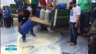 Produtores jogam fora 5 mil litros de leite em Pernambuco - Ação foi realizada durante protesto.