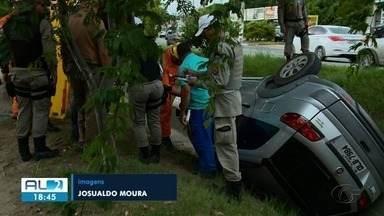 Motorista perde controle e carro capota na Avenida Durval de Góes Monteiro, em Maceió - Segundo o Corpo de Bombeiros, ele teve ferimentos leves.