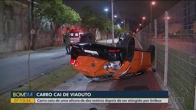Carro cai de viaduto de dez metros e homem sobrevive - Carro caiu depois de ser atingido por ônibus.