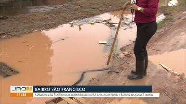 Quadro Comunitário estaciona no bairro São Francisco - Moradores da Rua Farrapos reclamam de trecho com muita lama e buraco de quase 1m.