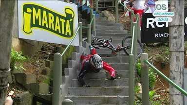 Atual campeão, Gabriel Giovannini sofre queda durante a descida das escadas de Santos - Atual campeão, Gabriel Giovannini sofre queda durante a descida das escadas de Santos