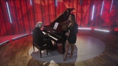 Maestro João Carlos Martins e Anitta apresentam 'Eu sei que vou te amar' - Cantora fez participação especial na apresentação do maestro, que se despediu do piano para o Fantástico.