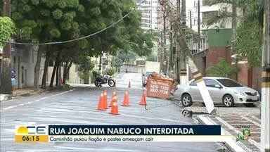 Caminhão puxa fios e quase derruba postes no bairro Aledota - População ficou sem energia