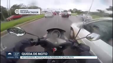 Motociclista cai de moto no Sudoeste - Segundo telespectador que gravou as imagens, ele se assustou com um carro que tentou mudar de faixa sem dar seta.