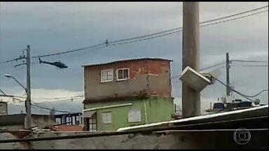 Polícia do RJ faz operação contra o tráfico de drogas na Cidade de Deus - Moradores da região afirmam que os agentes deram tiros de dentro do helicóptero em direção à comunidade. Doze pessoas foram presas.