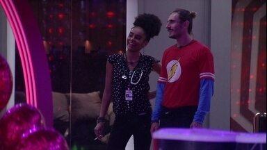 Gabriela desabafa com Alan - Sister fala sobre estar acorrentada