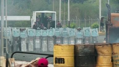 Fantástico flagra conflito em ponte que liga Colômbia e Venezuela - Equipe de reportagem estava acompanhando os caminhões que levavam doações a Venezuela. Polícia venezuelana jogou bombas contra os veículos.