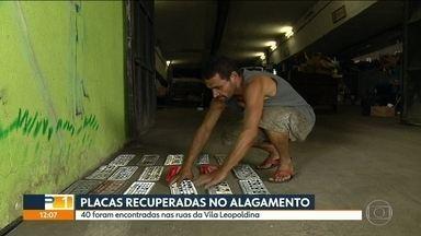 Cooperativa de catadores recuperou 40 placas de carros em ruas alagadas na Vila Leopoldina - Hoje cedo, ainda havia 17 para serem retiradas. Circular sem placa dá multa, é infração gravíssima.