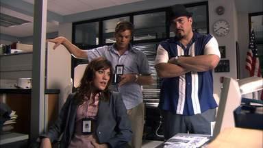 Cereja Em Cima Do Bolo - Após a descoberta de outra vítima do assassino do caminhão de gelo, o guarda desaparecido, Tony Tucci, torna-se um suspeito em potencial.