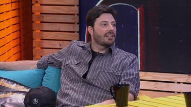 Danilo Gentilli - Convidado do programa 'O Estranho Show de Renatinho', o humorista Danilo Gentili disputa com Tatá Werneck o título de maior fã de Chaves e participa de um desafio de Air Guitar.