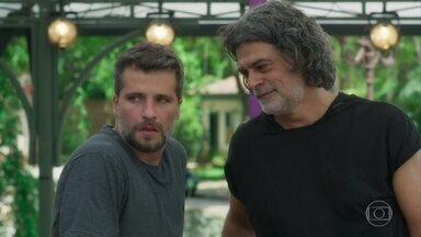 Murilo percebe que Gabriel está com ciúmes de Luz e Júnior - Pare Ramiro sente falta da família Aranha no evento de inauguração da antena de Serro Azul