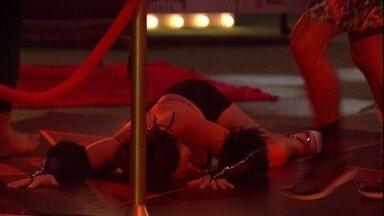 Rízia rebola deitada no chão e Tereza imita - Rízia rebola deitada no chão e Tereza imita