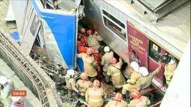 Maquinista morre em acidente entre trens no RJ - O maquinista foi retirado das ferragens, mas nao resistiu. A concessionária responsável apura o que causou o acidente.