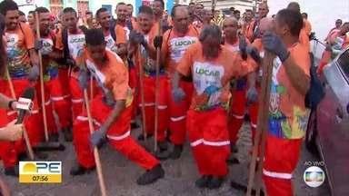 Lavagem simbólica dá a largada para o carnaval de Olinda - Animados por orquestra de frevo, garis percorreram ladeira do Sítio Histórico
