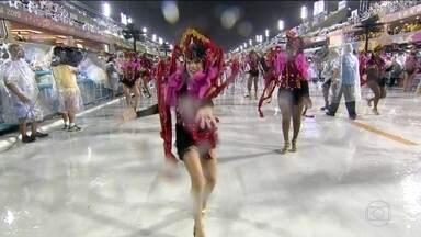 Passistas da Alegria da Zona Sul representam malandros e pomba giras - Dançarinos da ala de passistas da Alegria da Zona Sul representam as entidades de umbanda.