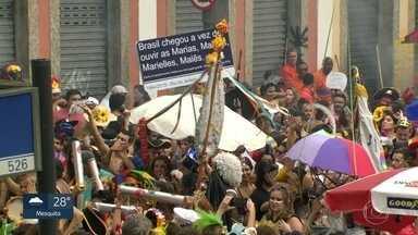 Céu na Terra e Escangalha levam centenas de foliões pras ruas - Blocos desfilaram pela manhã, em Santa Teresa e no Jardim Botânico.