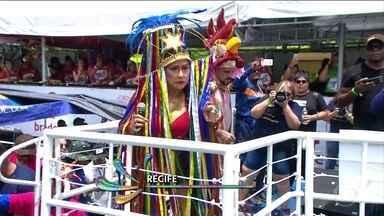 Galo da Madrugada desfila com 30 trios elétricos no Recife - Desfile de número 42 foi marcar com um galo gigante de 28 metros.